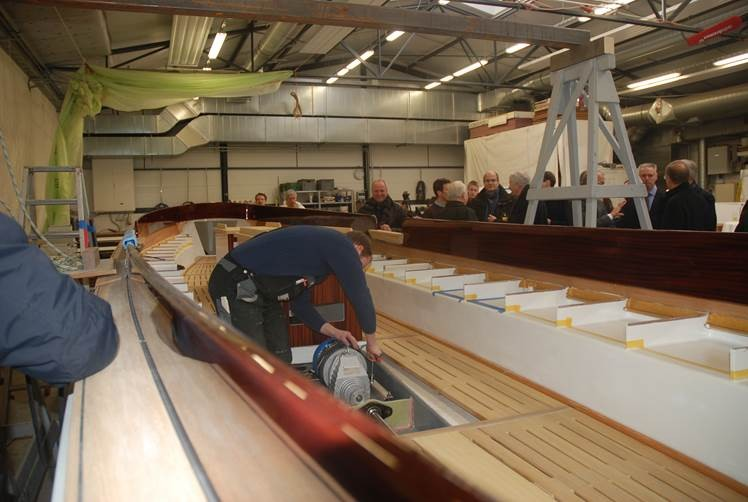 Motor wird eingebaut - Schiffswerft Winkler  Februar 2013