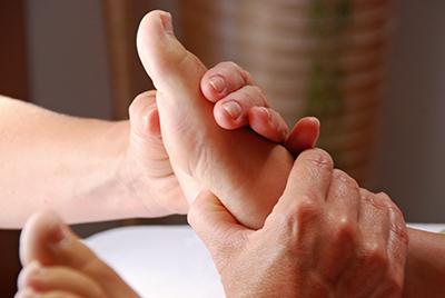 Behandlung mit Fuß Reflexzonen Massage in Naturheilpraxis Voglreiter