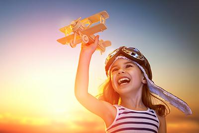 Kind lächelt glücklich nach Behandlung Inneres Kind Einzelarbeit in Yogaschule Voglreiter Naturheilpraxis Voglreiter Bad Reichenhall