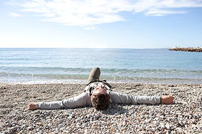 Mann nach Releasing-Sitzung Einzelarbeit in Yogaschule Voglreiter