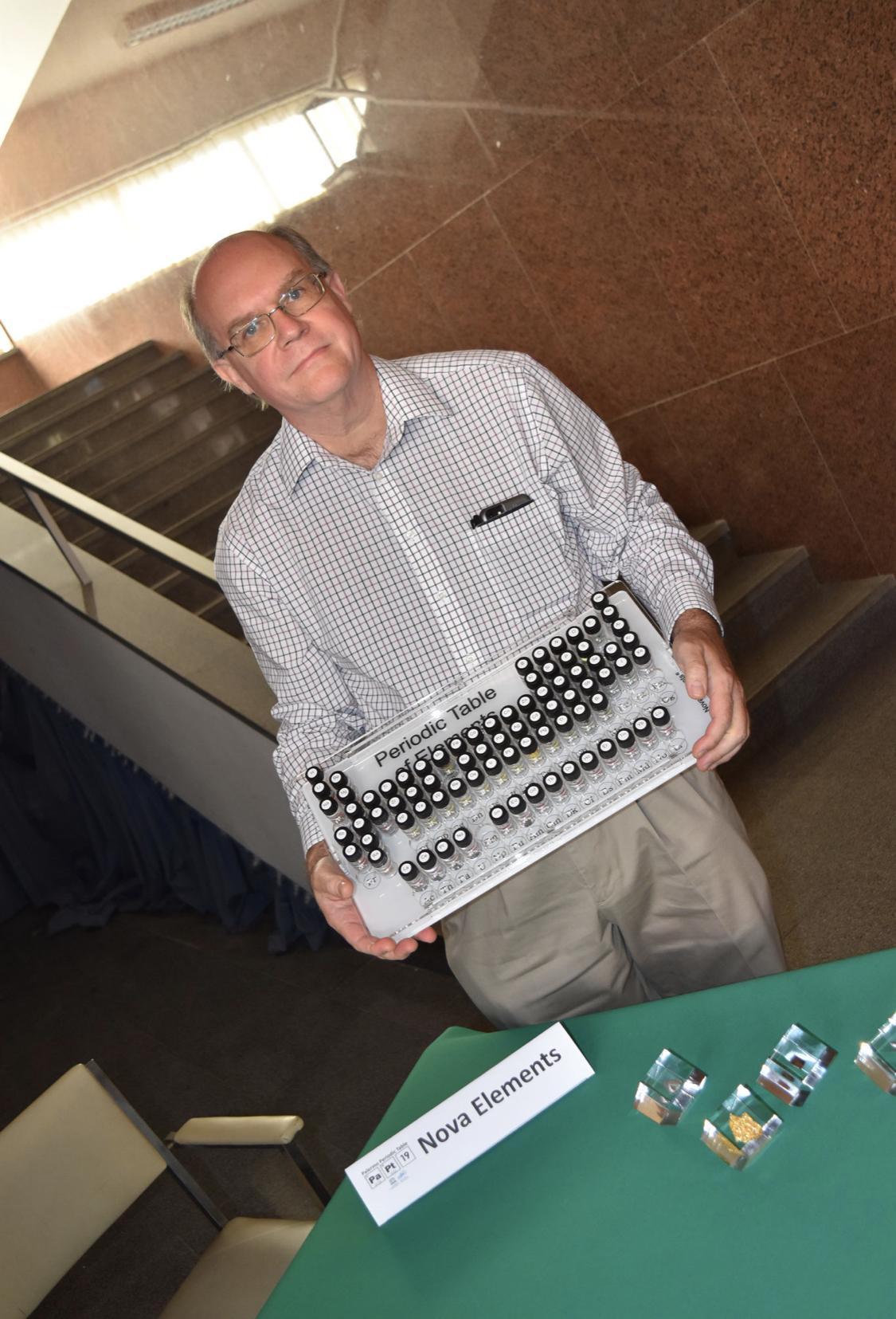 Theodore Gray con la nostra Tavola Periodica degli Elementi