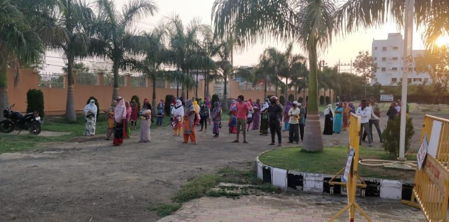 Wartende Menschen - Essensverteilung in Anant Nagar, Nagpur
