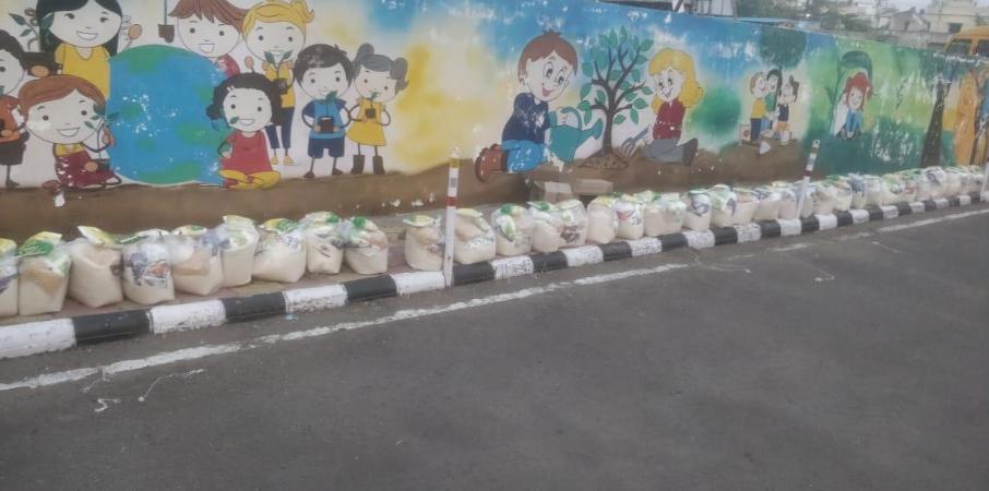 Die Beutel mit Grundnahrungsmittel sind bereitgestellt in Nagar, Nagpur