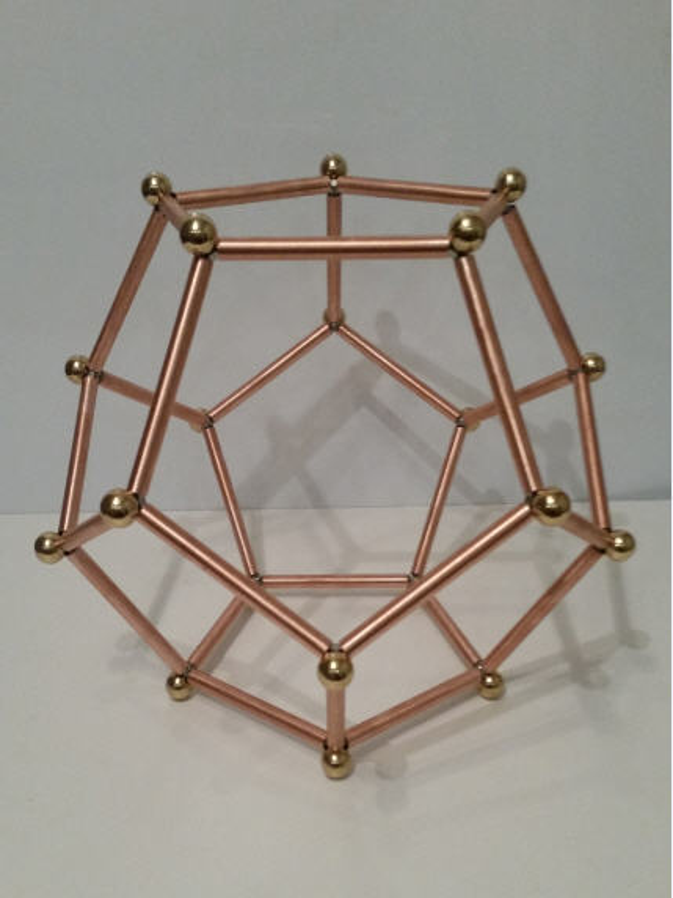 Foto: Dodekaeder in kleiner Ausführung aus Kupfer mit kugelförmigen Eckverbindern