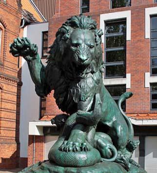 Ein Löwe verteidigt seine Jungen gegen eine Schlange, Bronze von Albert Wolff, 1895, heute vor Wilsnacker Straße 5, Berlin