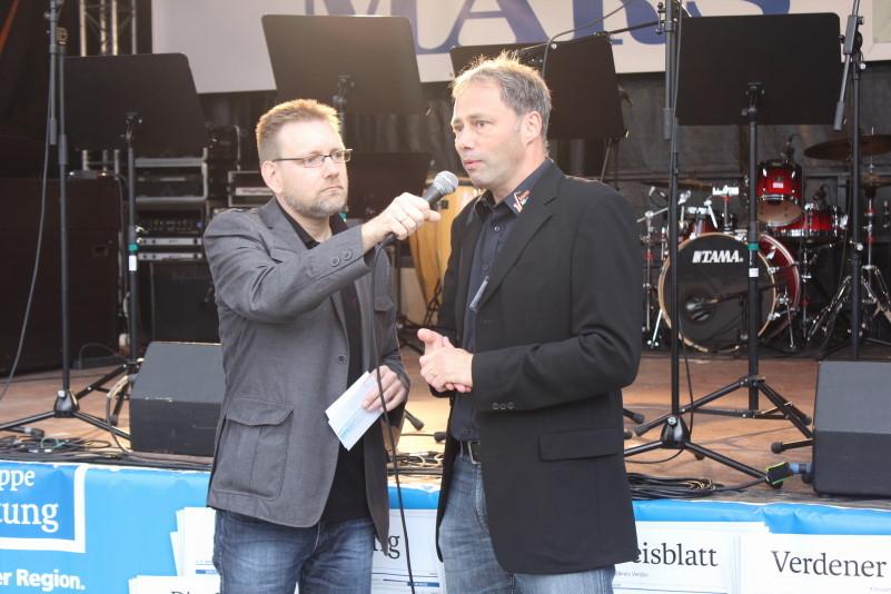"""Roger Lindhorst im Gespräch mit Michael Spöring, dem Leiter von """"Jugend Jazzt""""                   Bild: M.Staedler"""