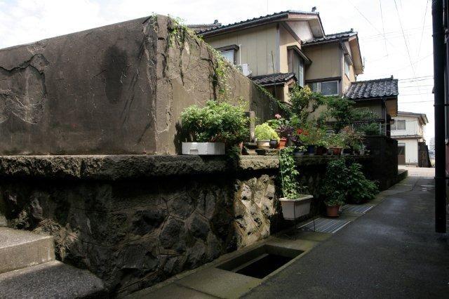 東側煉瓦壁は石・コンクリート擁壁の上に築かれている。(写真は南側擁壁)