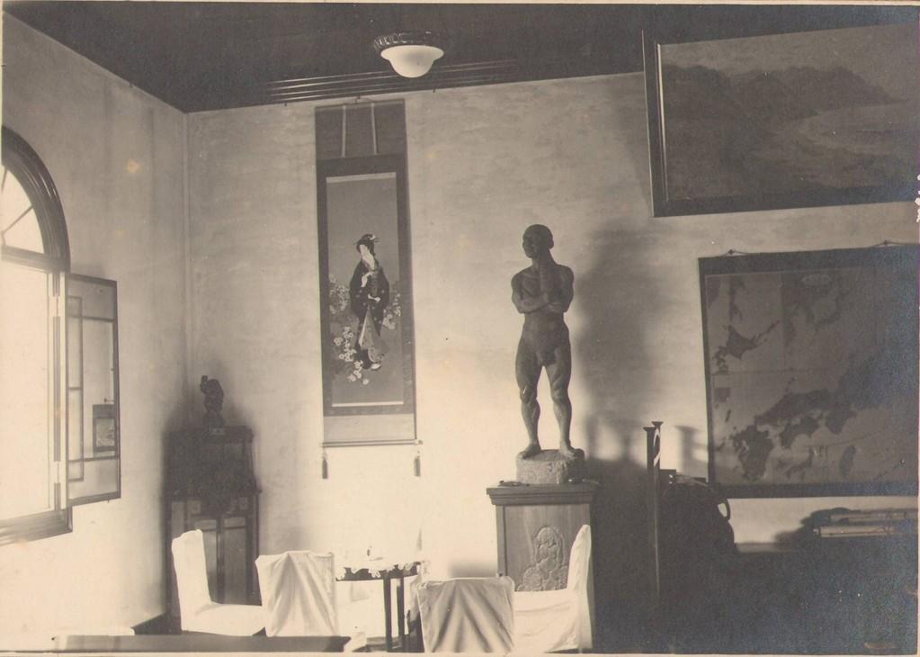 港湾荷役の労働者像(仲士像)は、835体の謙信公像を製作した滝川美堂の作品。