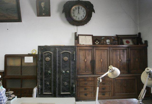 直江津銀行の社章が刻まれている金庫。直江津銀行の看板も残されている。