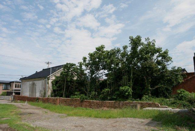 西側煉瓦壁は中越沖地震で折れるように倒壊した。潮風から建物を保護する機能も果たしたであろう。