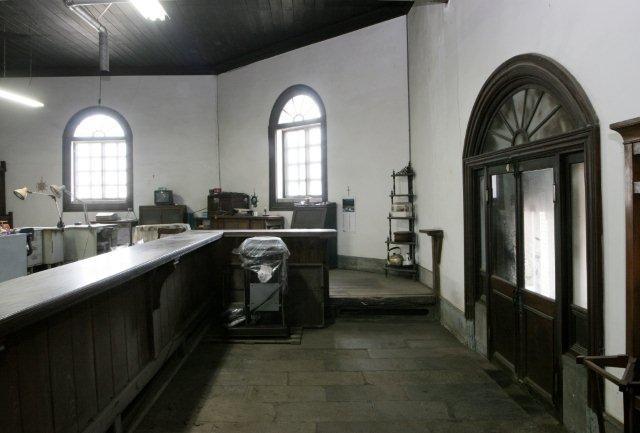 正面奥の壁の位置が本来の銀行玄関。今もその痕跡が残る。右側に現在の建物入口がある。