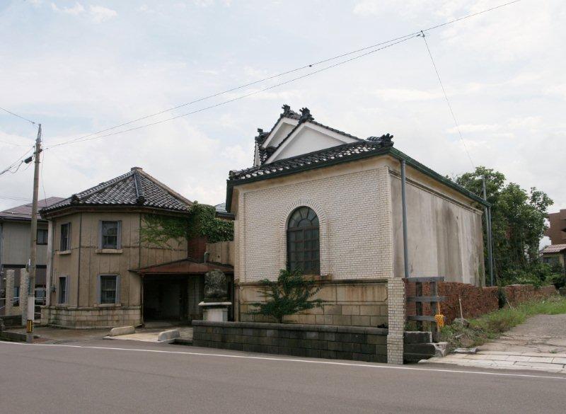 外観は、屋根瓦の取替、鉄製窓をサッシ窓に、漆喰壁をタイル張壁に改修する工事が施された。(S58年)
