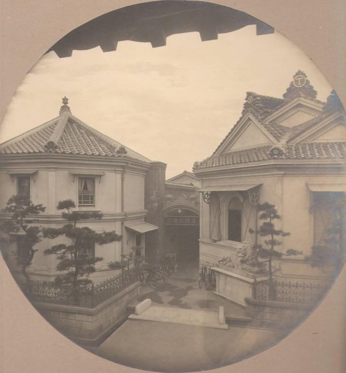 主たる建物は通りに面して玄関が無く、煉瓦壁との間の庇を入口とした。