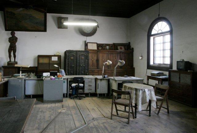 木製机(一部現存)・椅子をスチール製に取替。漆喰壁は塗替。その他は当初のままと思われる。