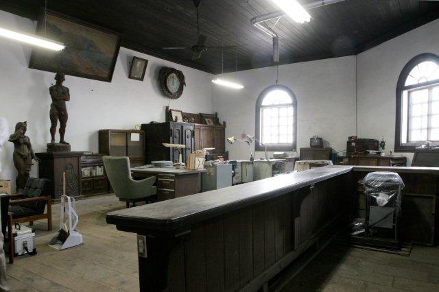 この建物奥側部分(写真左側)から板敷きの事務スペースに入る。(当初はこの1ヶ所のみ)
