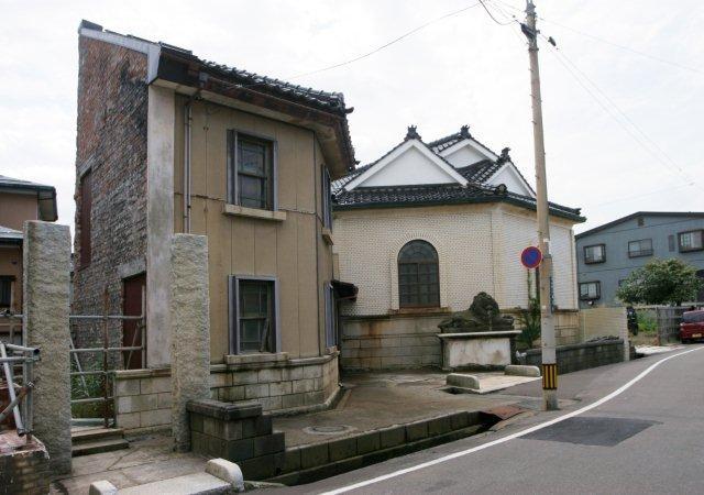 従たる建物(敷地左側)の1階は冬季用事務所として使ったこともあるらしい。2階は宿直・宿泊ができる。