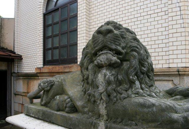 ライオン石像の裏側に「刈羽郡西中通村彫刻師小川由廣」の銘が刻まれている。