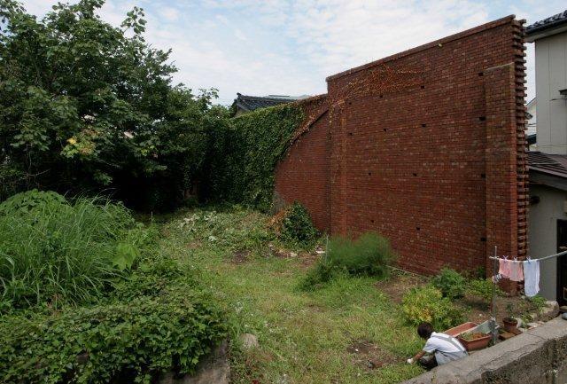 煉瓦壁(高さ5~6m)は敷地外側の面の劣化が著しく激しい。(写真は敷地内側)