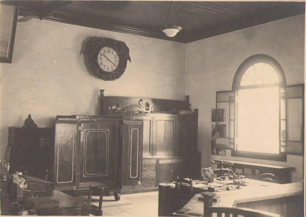 木製の机・椅子は銀行当時のもの、第三者により右側カウンターが切取られた(戦時)とされる。