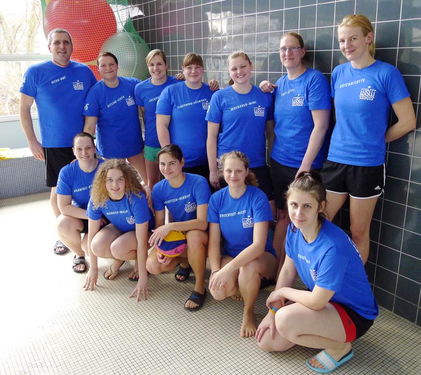 Die Wasserball-Frauenmannschaft des WSW Rostock mit Trainer Uwe Richter