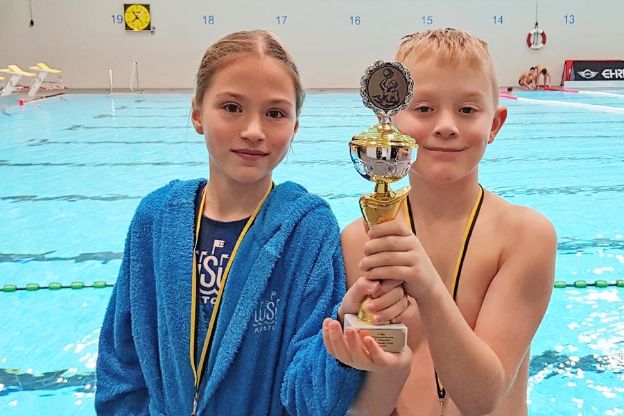 Zwei unserer U12 Spieler mit Pokal vom Weihnachtsturnier des OSC Potsdam