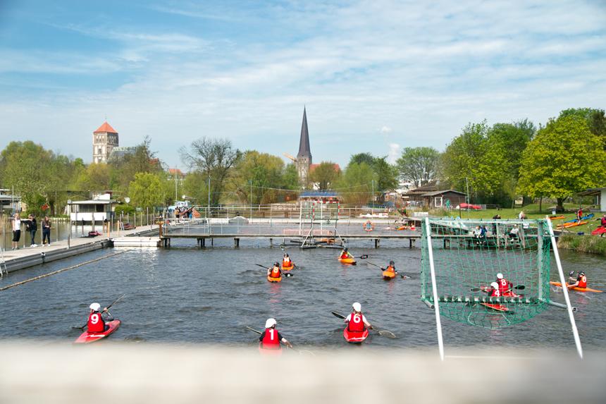 Kanupolo vor schöner Kulisse im Flussbad Rostock