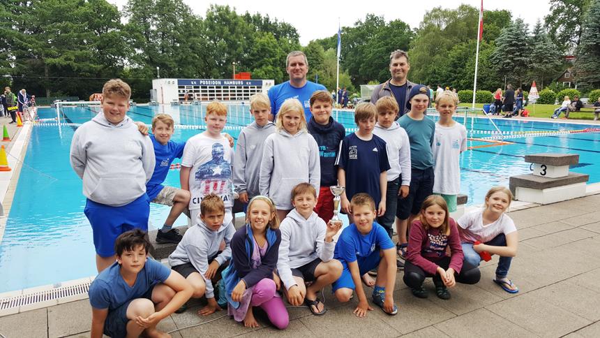 Unsere U11 Wasserballer präsentieren stolz ihren Pokal.