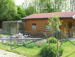 Auch eine Hütte mit Gartenteich, in dem sich Goldfische tummeln, gibt es in unserer Anlage