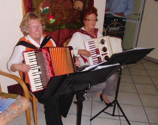 Edda Sommer und Gunda Pehl präsentierten herbstliche Akkordeonmusik zum Schunkeln und Mitsingen.