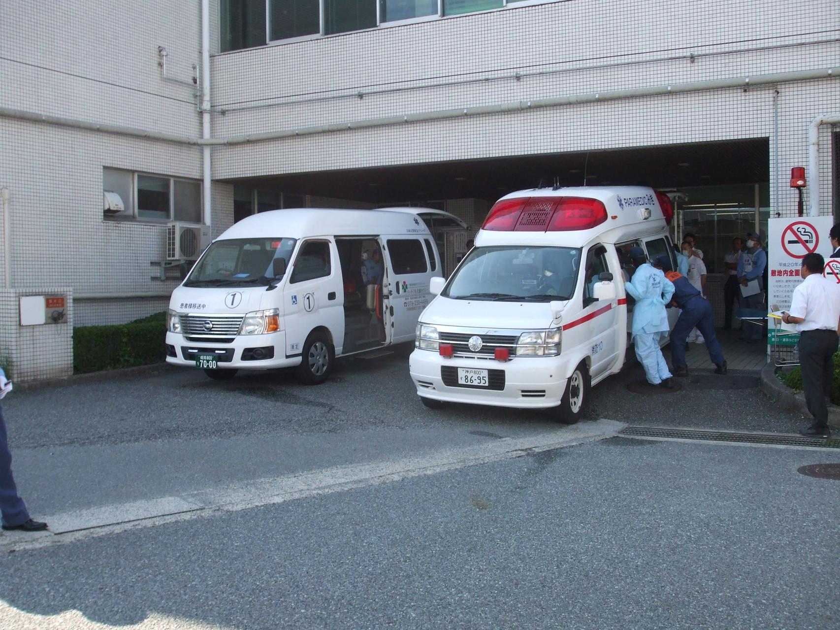 弊社の搬送車と消防署の救急車が待機中