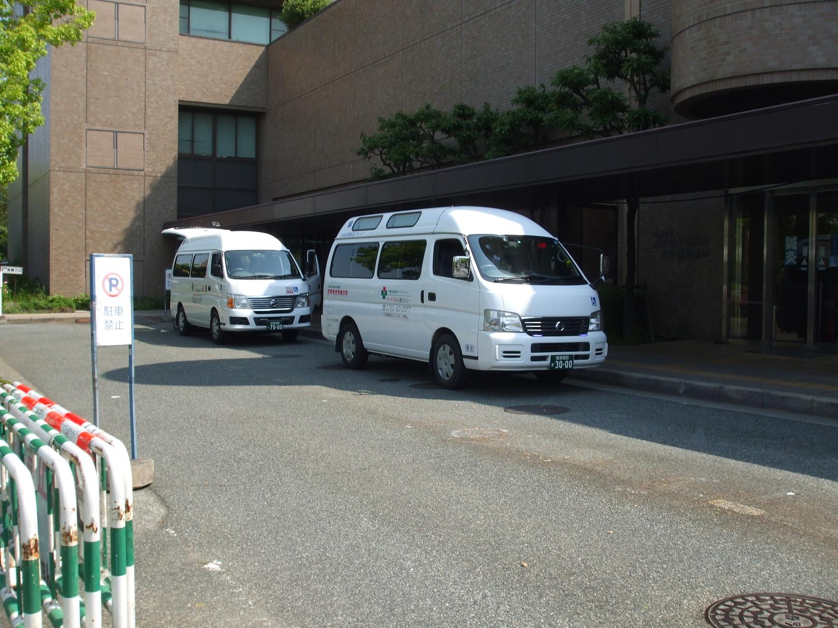 兵庫県立尼崎病院玄関前で弊社の搬送車両が待機中