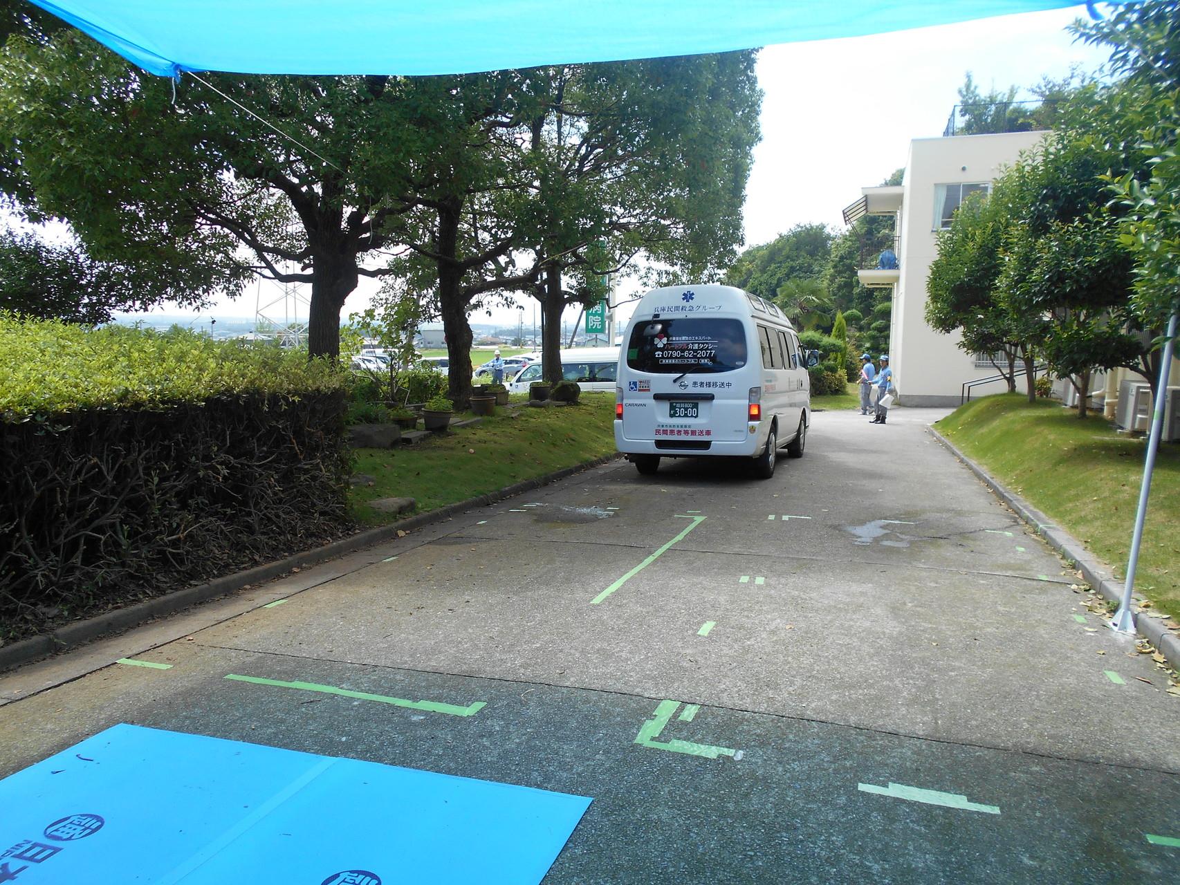 薫楓会 緑駿病院(小野市復井町)を搬送車が出発