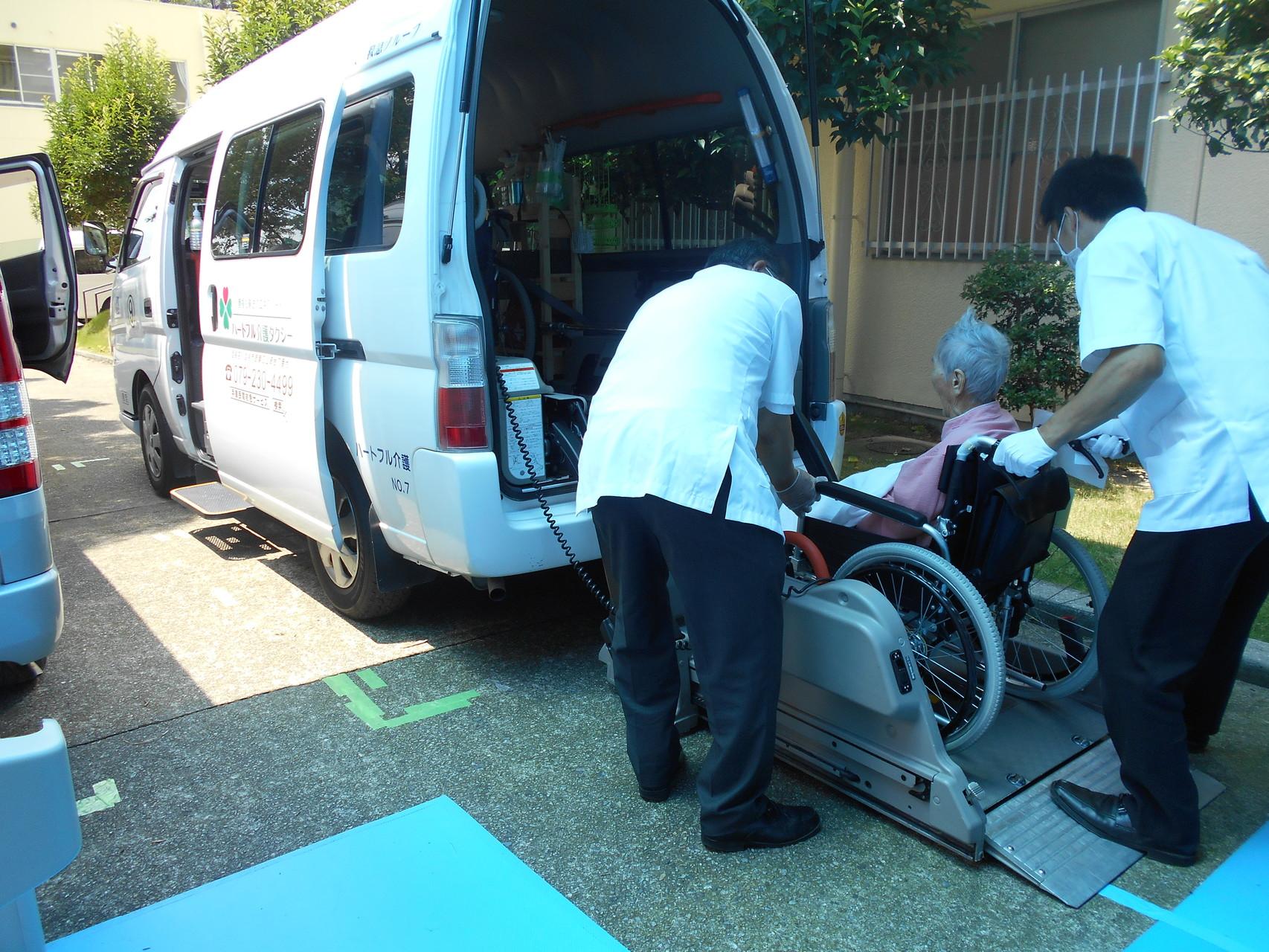 薫楓会 緑駿病院(小野市復井町)で患者様が乗車中