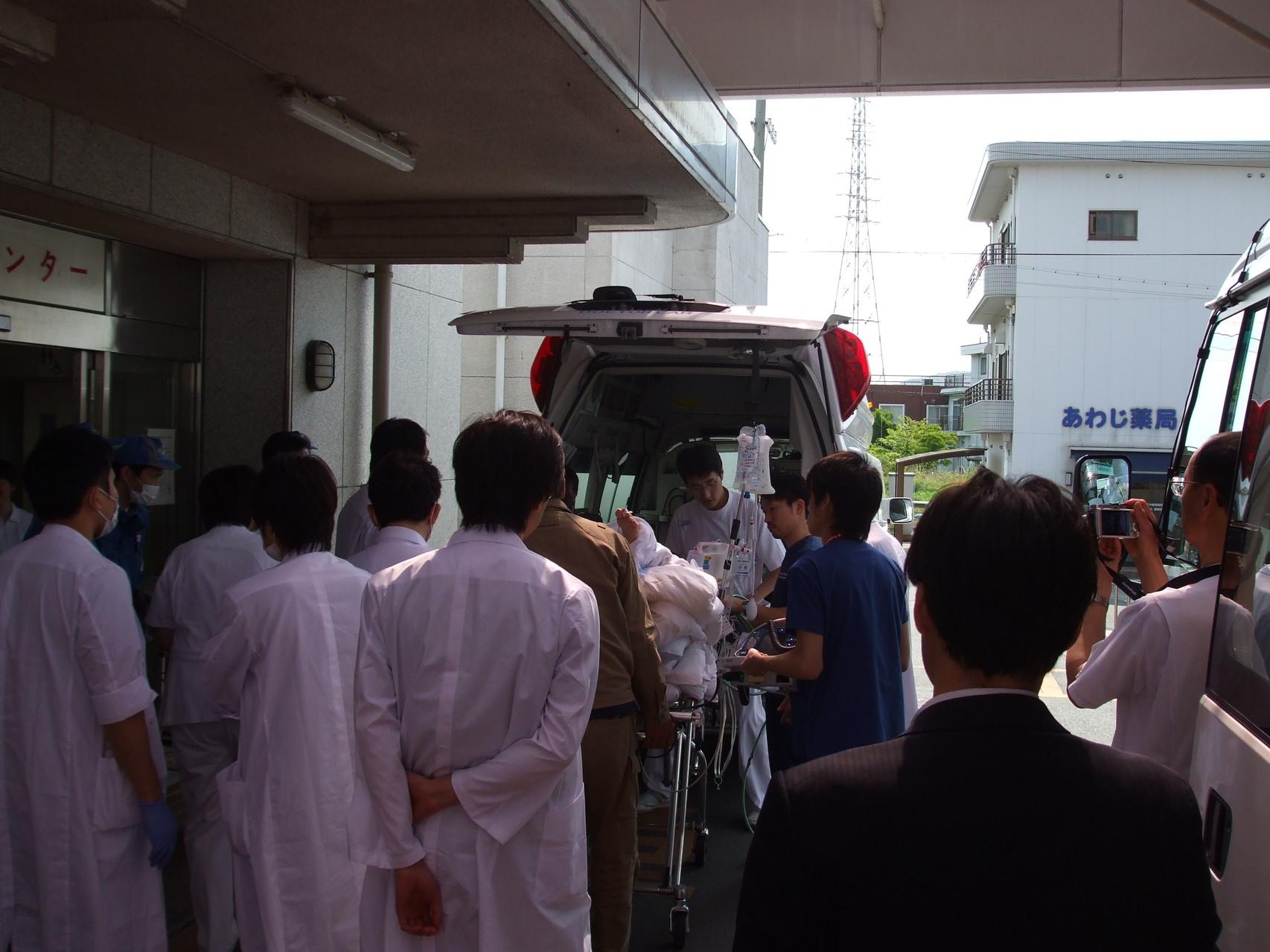 緊急を要する患者様を消防署の救急車で送り出す風景です。