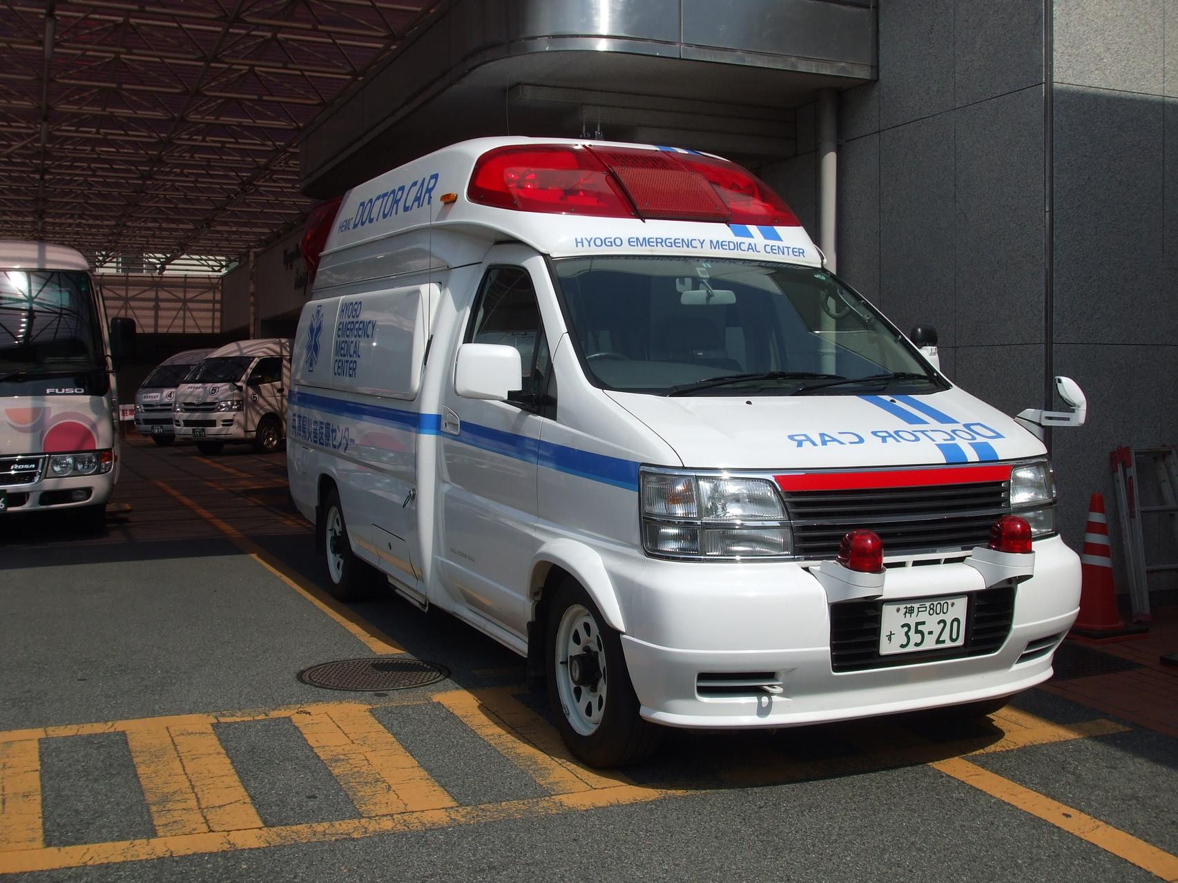 想定外の緊急事態を想定して災害医療センターの救急車が待機中