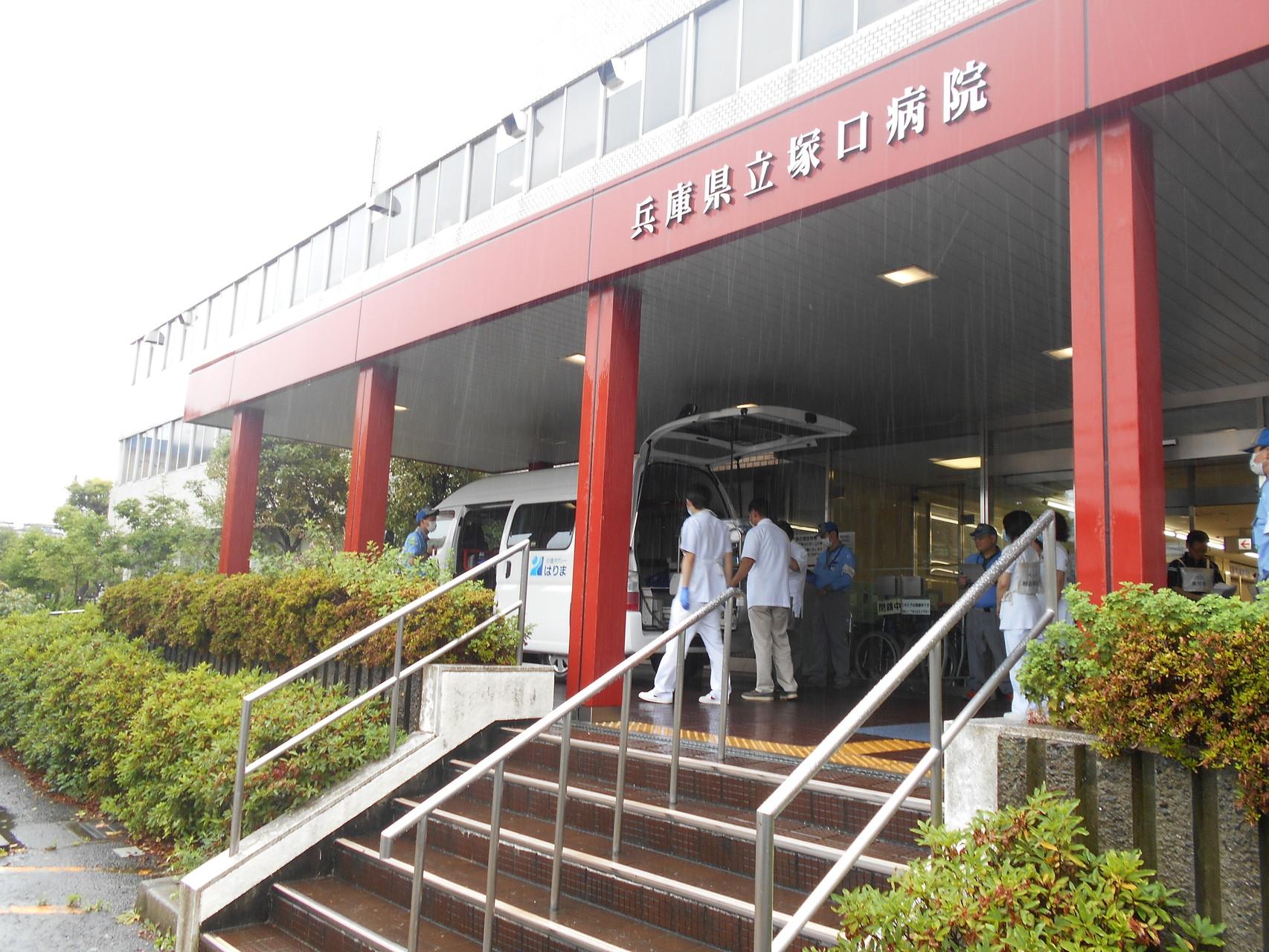 兵庫県立塚口病院玄関で患者様待ち