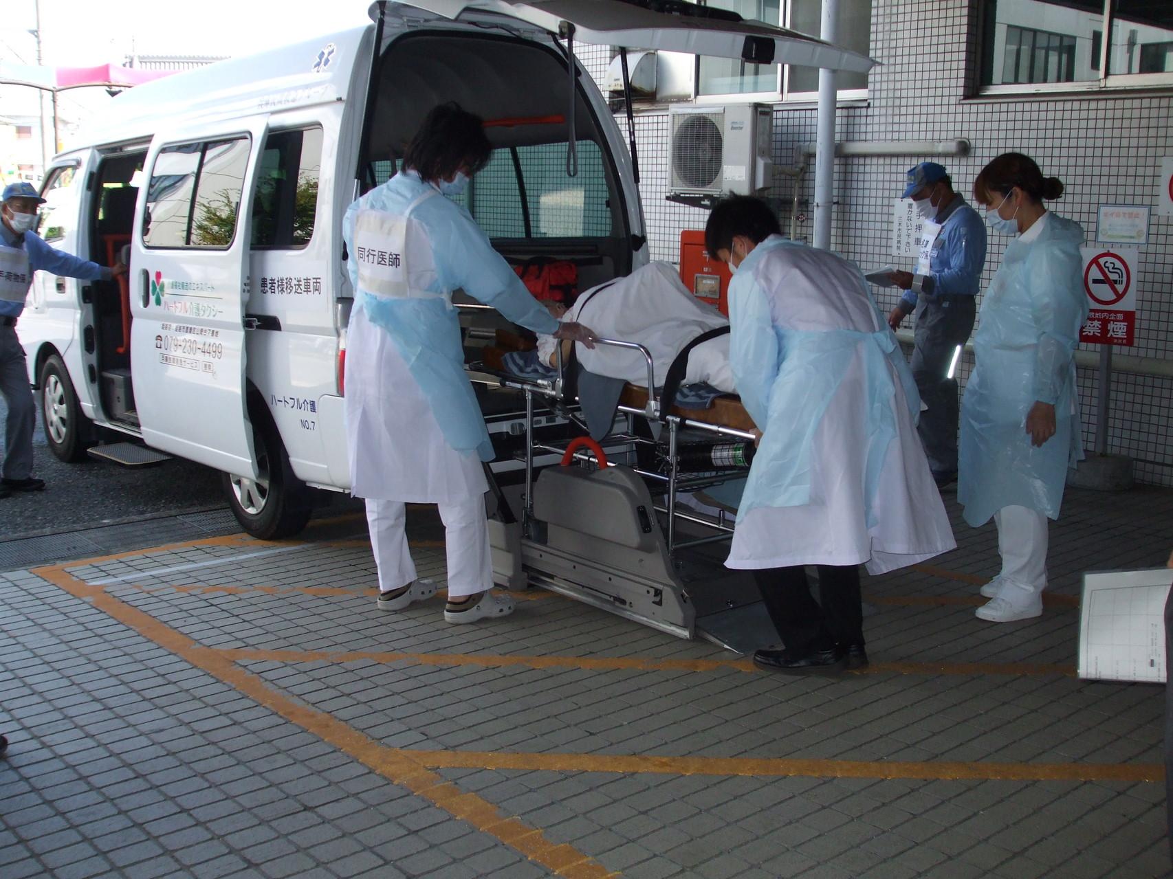 搬送スタッフにより車両に患者様が乗車中