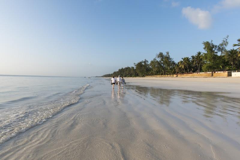 Durch die Ausrichtung des Horizontes wirkt der einmalige Diani Beach noch seeehr viel weiter
