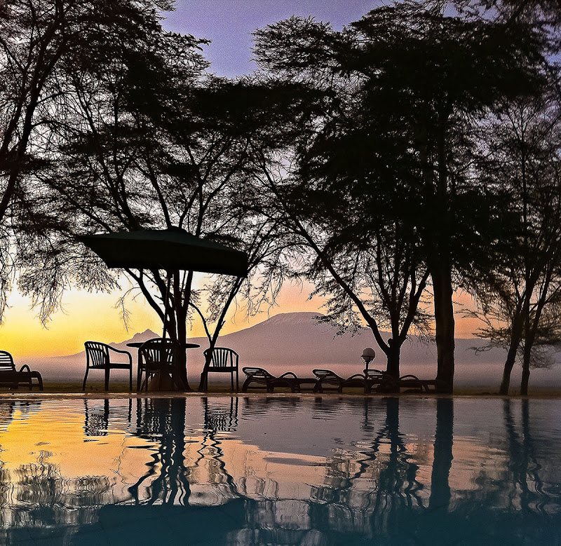 Sonnenaufgang in der Ol Tukai Lodge in Amboseli, mit dem Kilimanjaro im Hintergrund.  Ich hatte gerade 5 Minuten Zeit um diese einmalige Lichstimmung zu fotografieren … 06.15 Uhr waren diese einmaligen Farbenmomente bereits verschwunden