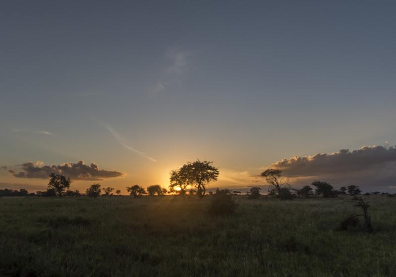 Sonnenuntergang in der Lumo Conservation, auch hier Afrikas Farben im einmaligen Farbenrausch