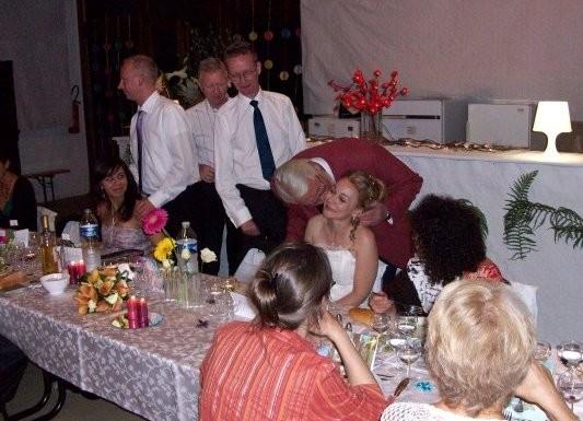 les hommes courent embrasser la mariée