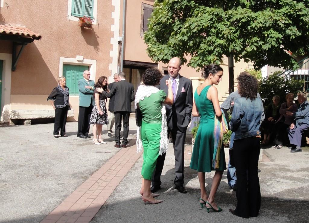 avant la cérémonie, on se rassemble devant l'église...
