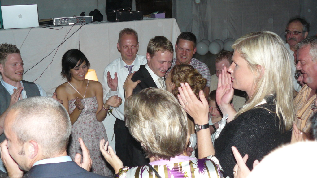 les invités entourent les mariés