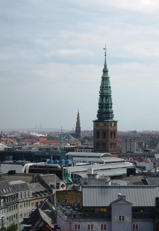 depuis la tour ronde, on aperçoit monuments et pont reliant la Suède