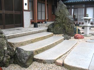 玄関に上がる階段石