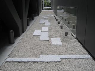 新潟日報 MEDIA SHIPの石畳