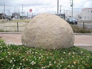 記念碑と歩道