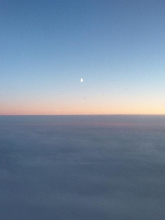 極寒のロシア大陸上空、氷のような雲。