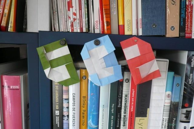 折り紙もちょっとづつ始めています。鶴とかは無理だけど、数字なら。5、3、2。ほら出来た。