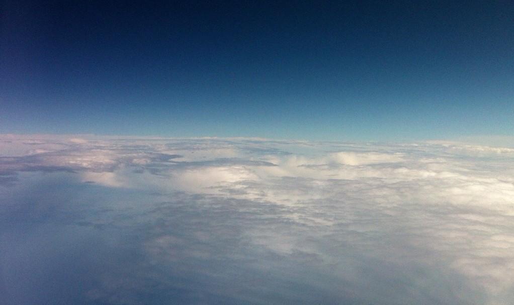 宇宙から見た地球を想像できそうな景色。